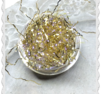 Stor burk guld en glimt av lila tråd att bygga in